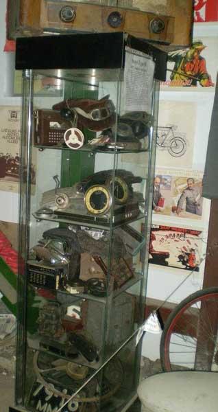 витрина музея с экспонатами